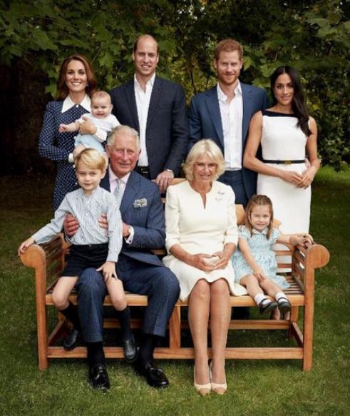 Принц Чарльз, Камилла и молодые пары: принц Гарри, Меган Маркл, Кейт Миддлтон, принц Уильям и их трое детей. Фото Getty