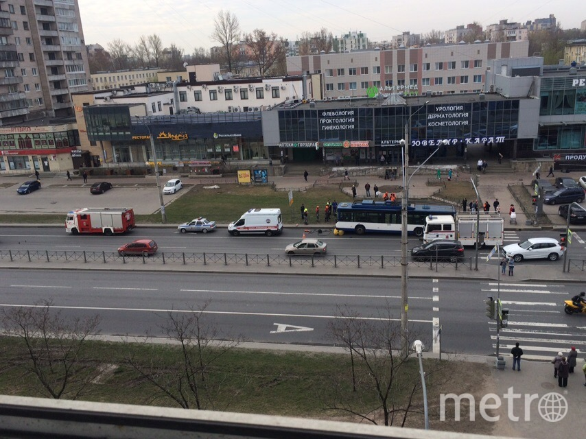 """Фото с места смертельной аварии на Ленинском проспекте. Фото https://vk.com/spb_today, """"Metro"""""""