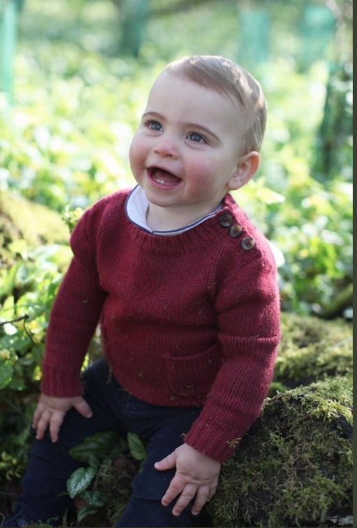"""Фото малыша луи в его первый день рождения опубликовал Кенсингтонский дворец. Фото https://twitter.com/KensingtonRoyal/status/1120439689251577856, """"Metro"""""""