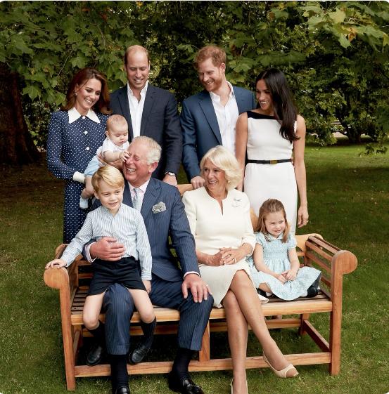 "Семейное фото, которым поздравил принца Луи его дедушка Чарльз. Фото https://twitter.com/ClarenceHouse/status/1120620289686233088, ""Metro"""