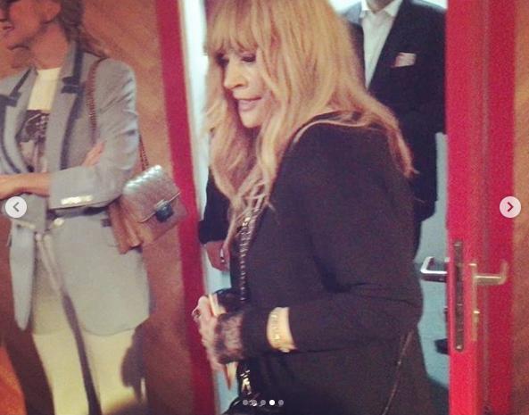 """Перед началом поставновки в """"Гоголь-центре"""" Пугачёва дарила улыбки поклонникам. Фото скриншот https://www.instagram.com/p/BwqWER0HYDM/"""