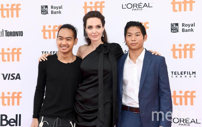 Анджелина Джоли с сыновьями Мэддоксом и Паксом. Фото Getty
