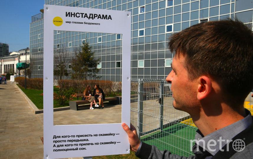 Репортёр Metro одним из первых на выставке примерил роль бездомного. Фото Василий Кузьмичёнок