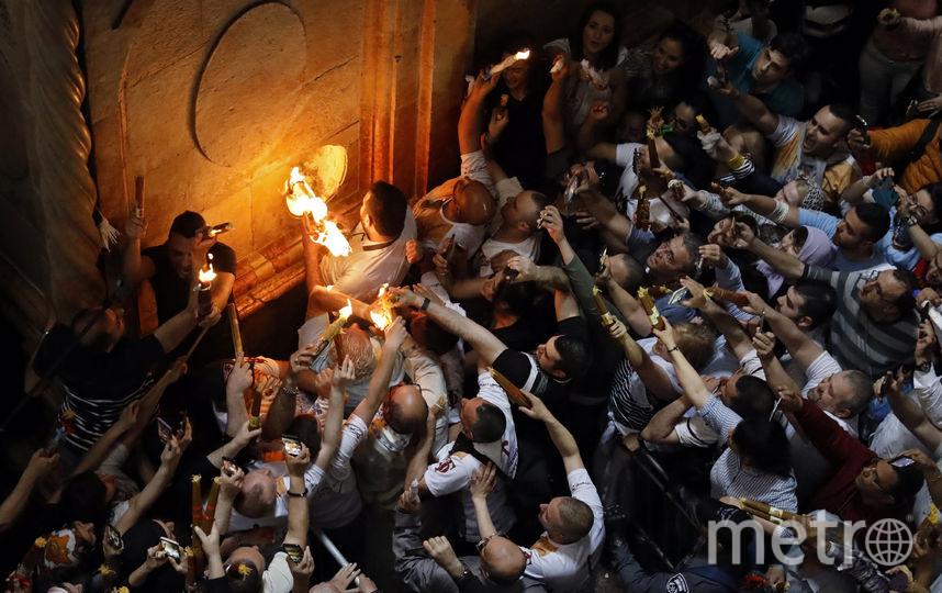Тысячи верующих дождались сошествия огня в Иерусалиме. Фото AFP