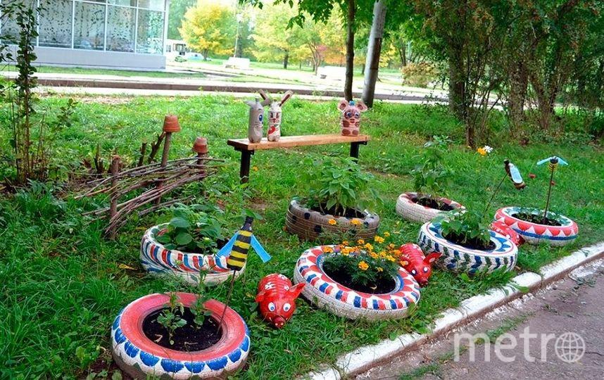 """Жители украшают клумбы шинами и «скульптурами» из пластиковых бутылок, как правило, из-за нехватки денег. Фото vk.com, """"Metro"""""""