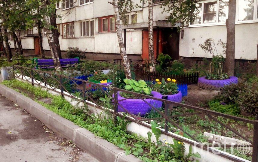 """Жители украшают клумбы шинами и «скульптурами» из пластиковых бутылок, как правило, из-за нехватки денег. Коммунальщики вывозят покрышки, оставляя такие зияющие ямы, в том числе из-за жалоб соседей. Фото vk.com, """"Metro"""""""