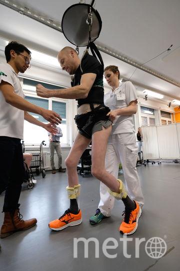 В ходе восстановительных тренировок вес пациентов при ходьбе регулирует специальная конструкция.