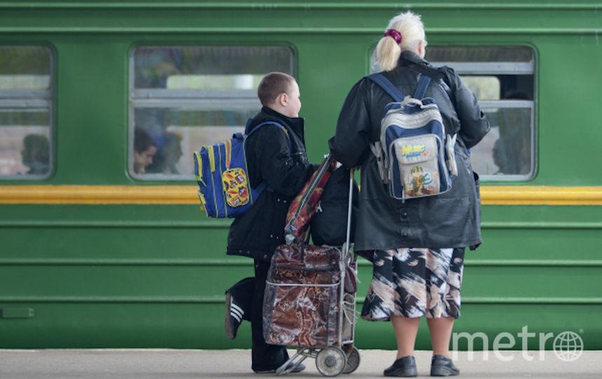 Дачники с вещами ожидают на платформе пригородную электричку, чтоб отправиться за город на майские праздники. Фото РИА Новости
