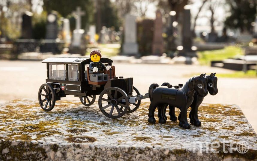 Недавно похоронный музей на Центральном кладбище Вены выпустил наборы конструктора Lego с фигурками крематория, гроба, могилы и скорбящих. Фото shop.bestattungsmuseum.at