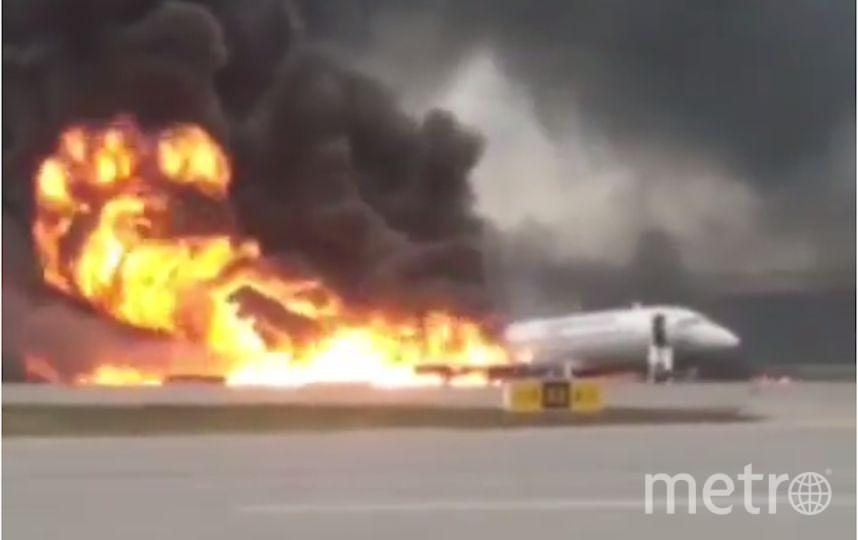 "В столичном аэропорту ""Шереметьево"" при посадке загорелся самолёт. Фото Скриншот https://www.youtube.com/watch?v=FsPClx0fAKo, Скриншот Youtube"