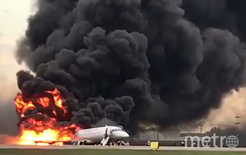 Следователи рассматривают несколько версий причин пожара на борту Sukhoi Superjet 100 в Шереметьево, в том числе и недостаточную квалификацию пилотов. Фото AFP