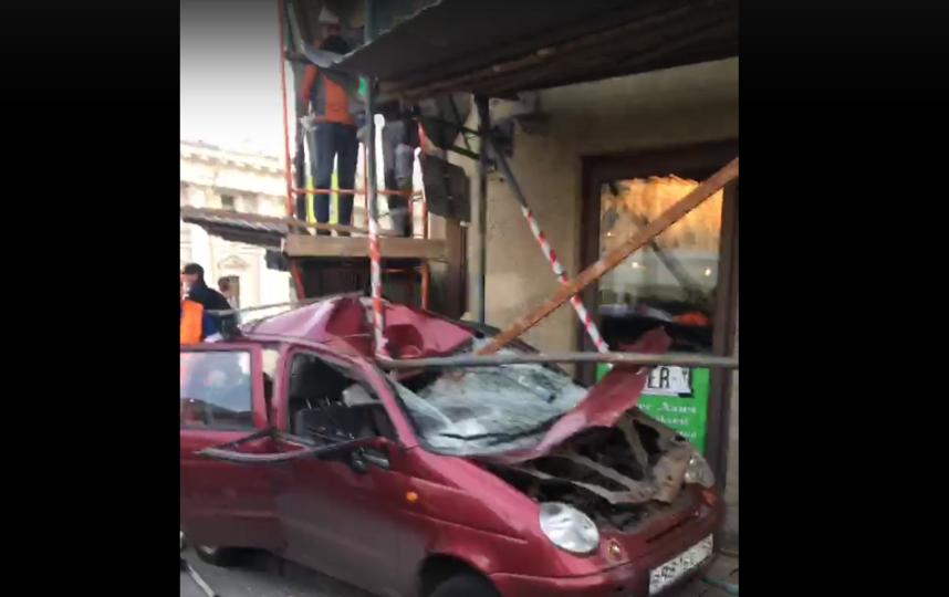 В самом центре Петербурга водитель врезался в угол дома. Фото скриншот видео https://vk.com/dorinspb