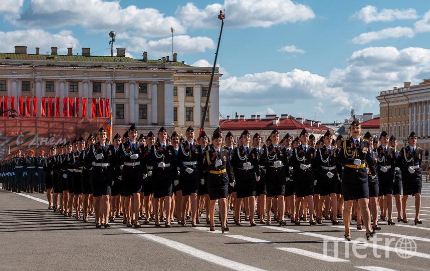 """В пешей части военного парада в Петербурге приняли участие курсанты военных училищ, в том числе девушки. Фото """"Metro"""""""