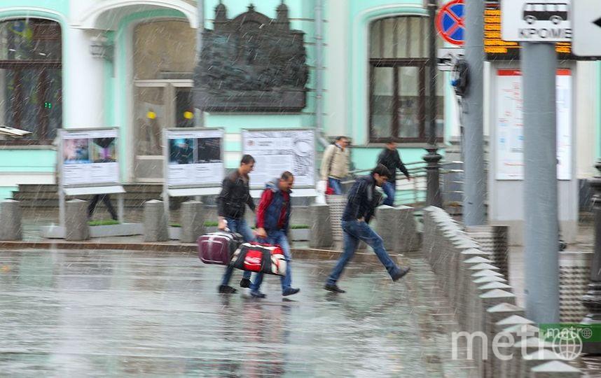 Через Москву проходит волновой циклон. Фото Василий Кузьмичёнок