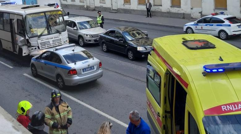 В Петербурге девять человек пострадали в ДТП с двумя маршрутками.