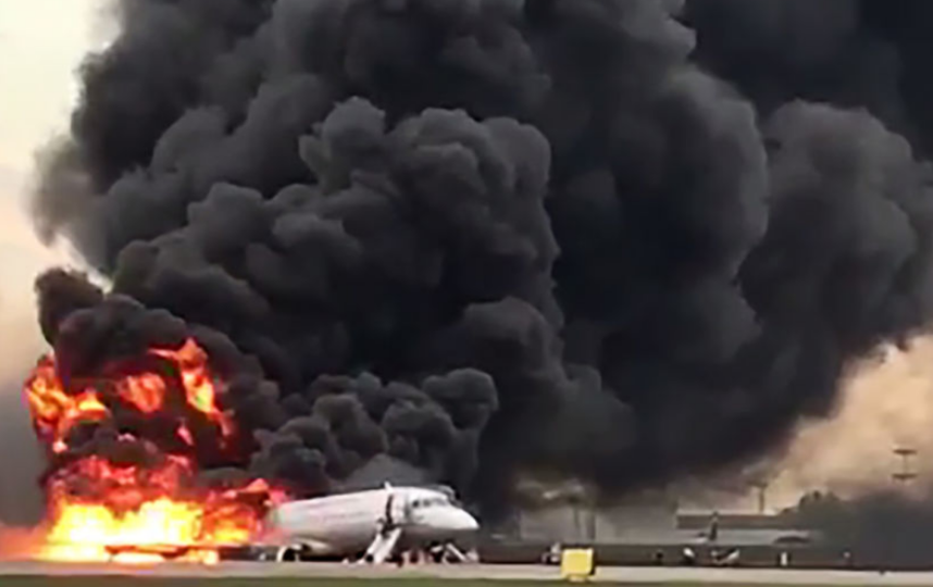 Информация о том, что эвакуации из горевшего в аэропорту Шереметьево самолета Sukhoi Superjet 100 (SSJ-100) препятствовали забиравшие ручную кладь пассажиры, не нашла подтверждений. Фото AFP
