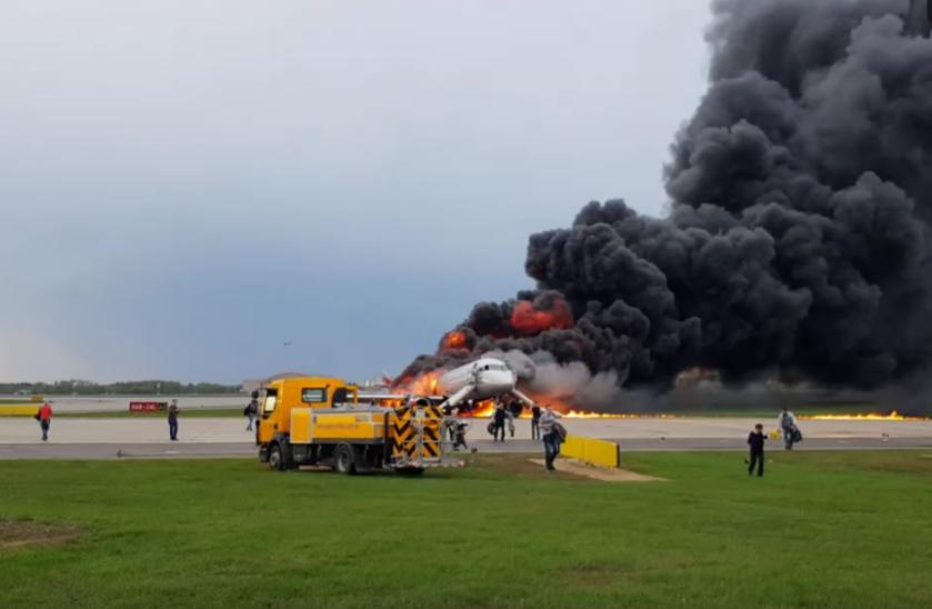 Информация о том, что эвакуации из горевшего в аэропорту Шереметьево самолета Sukhoi Superjet 100 (SSJ-100) препятствовали забиравшие ручную кладь пассажиры, не нашла подтверждений. Фото скриншот https://vk.com/mikkentosh