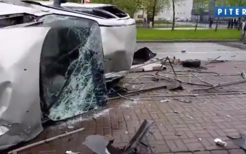 В результате ДТП на Бухарестской один человек погиб, еще четверо - в больнице. Фото скриншот Piter.TV