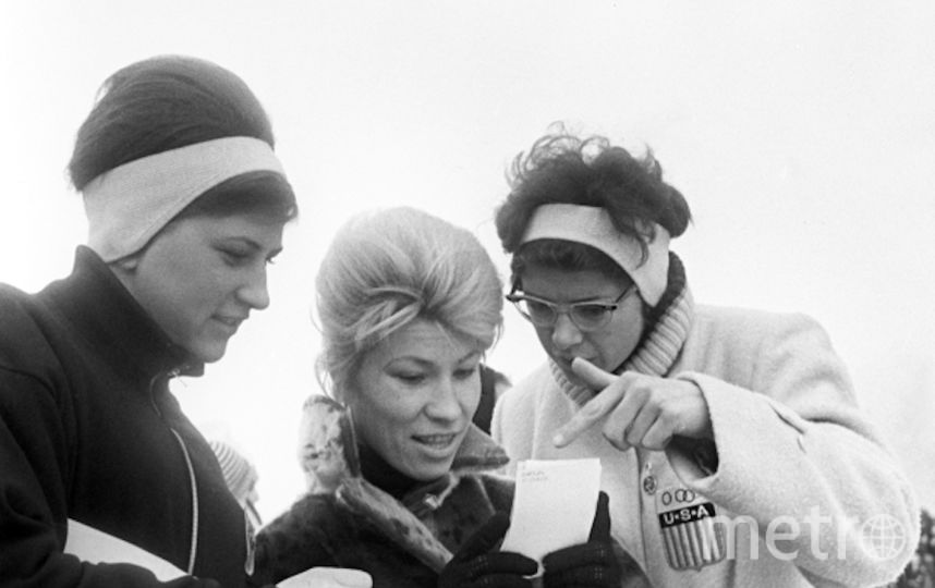 Клара Гусева (в центре) со своими американскими подругами следит за ходом соревнований на IX зимних Олимпийских играх. 29 января по 9 февраля 1964. Фото РИА Новости
