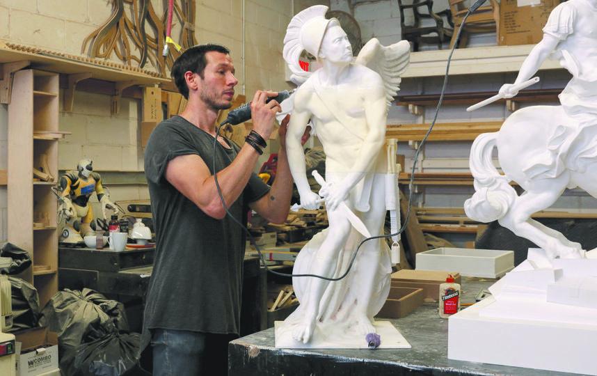 Скульпутор за работой. Фото Sebastian Errazuriz