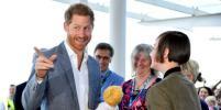 Принц Гарри рассмешил детей и получил в подарок плюшевого мишку (фото)