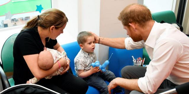 Принц Гарри с маленькими пациентами Оксфордской детской больницы.