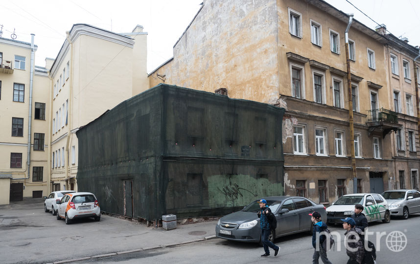 """Заброшенное здание в 400 «квадратов» было построено в 1884 году. Архитектор Иван Радике задумал его как дровяной сарай. В 2014-м сюда хотели «поселить» поликлинику. Фото Святослав Акимов, """"Metro"""""""