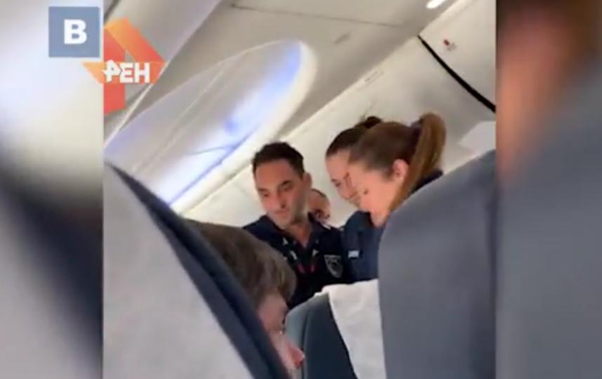 Пьяную россиянку под аплодисменты пассажиров сняли с самолета на Кипре. Фото скриншот видео http://ren.tv/