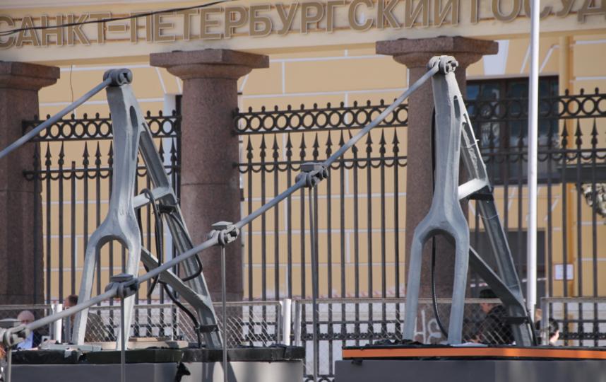 "Монтаж скульптур 15 мая 2019 года. Фото КГИОП, ""Metro"""