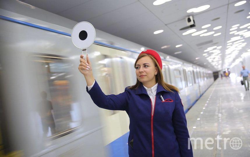Красный головной убор дежурных делает их более заметными. Фото Facebook@officialmosmetro