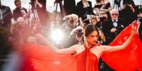 Роковые и нежные: бывшие модели Victoria's Secret прошлись по красной дорожке в Каннах