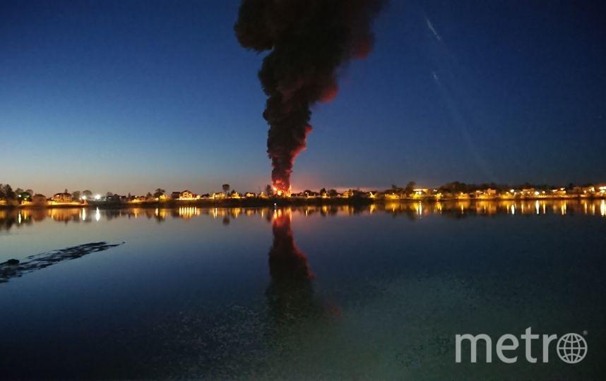 """Фото пожара появились в соцсетях, жители снимали кадры из окон, на улицу никого не выпускали. Фото https://vk.com/spb_today, """"Metro"""""""