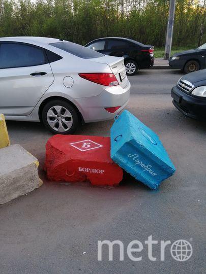 """Новый памятник бордюру и поребрику. Фото Instagram: @loketski , """"Metro"""""""