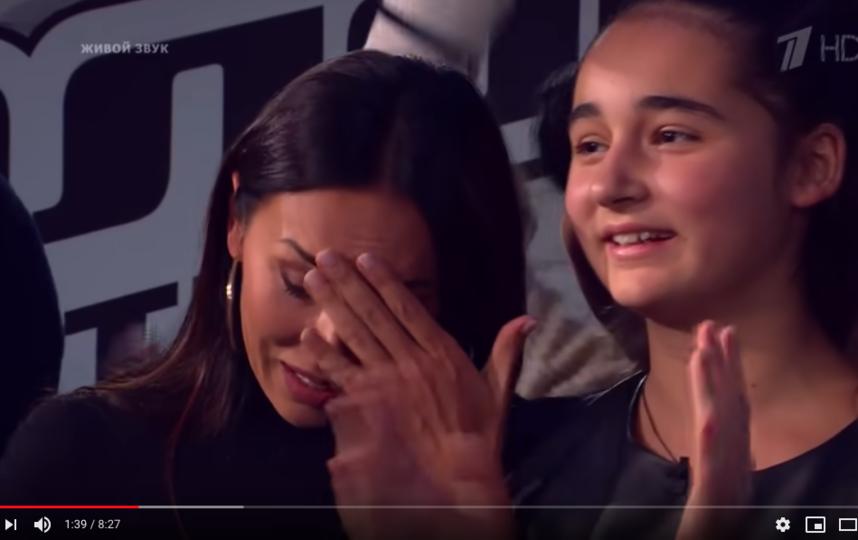 """Микелла Абрамова – дочь певицы Алсу. Фото скриншот с официального канала проекта """"Голос. Дети"""" на YouTube"""