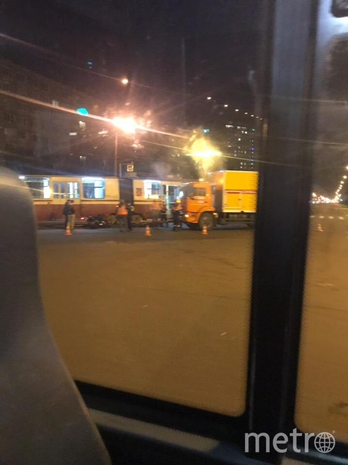 "Фото с места ДТП с трамваем и мотоциклом на Коллонтай. Фото https://vk.com/spb_today, ""Metro"""