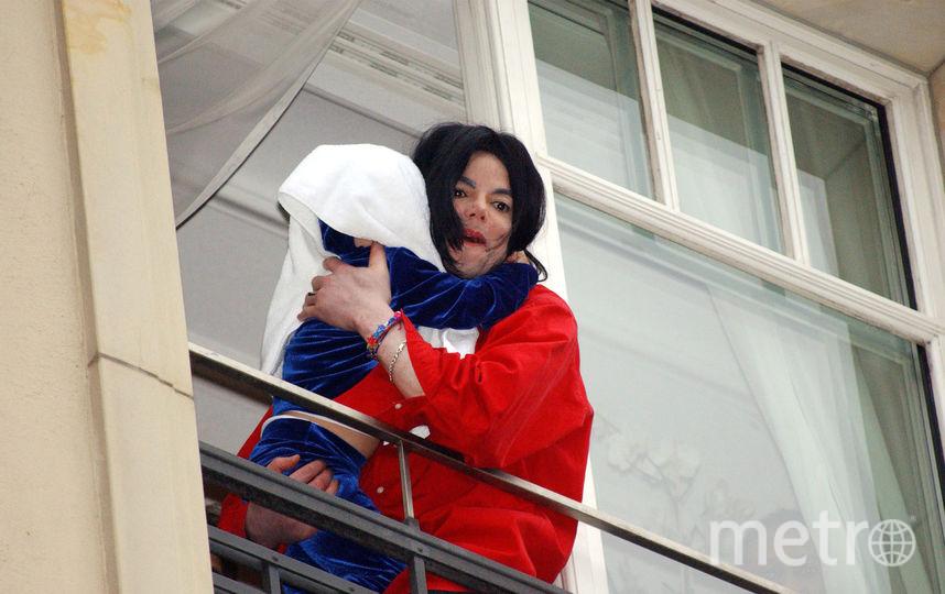 Майкл Джексон показывает фанатам младшего сына Бланкета, 2002 год. Фото Getty
