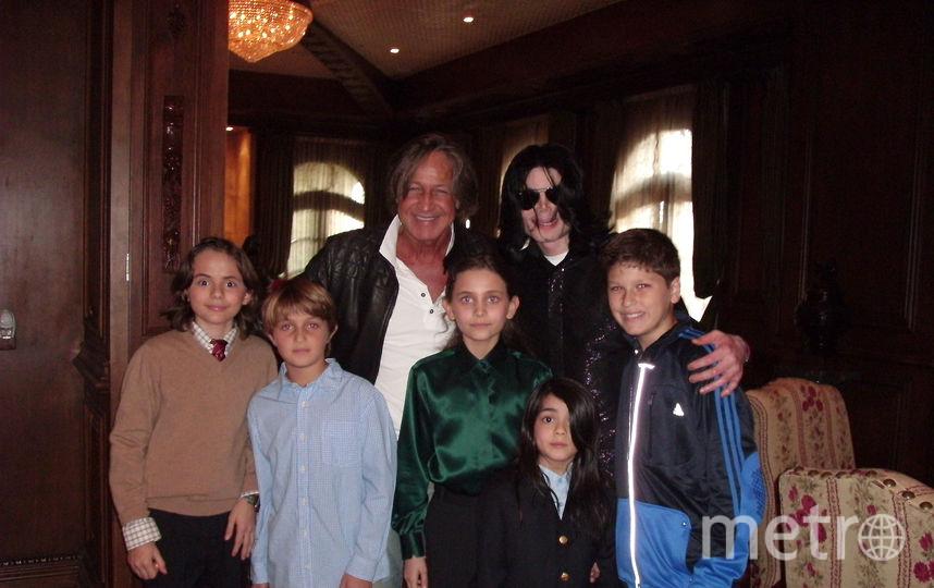 Майкл Джексон с Мохамедом Хадид и детьми (Принс, Пэрис и Бланкет в центре), 2008 год. Фото Getty