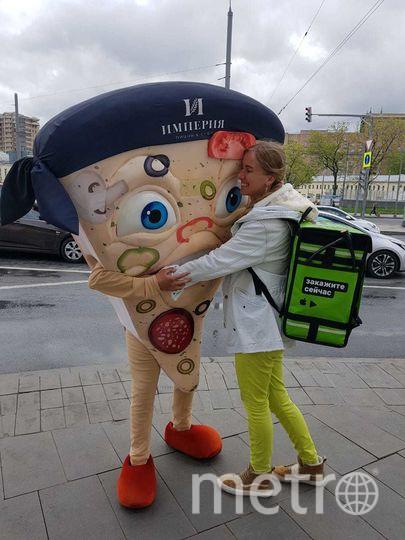 Наталья Андреева на работе в сервисе по доставке еды. Фото сделано второго мая. То есть, ещё до старта рекламной кампании. Фото предоставлено Натальей Андреевой.