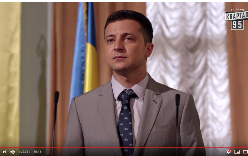 Владимир Зеленский в момент вступления в должность выглядит гораздо более счастливым, чем его герой Василий Голобородько. Фото Скриншот Youtube