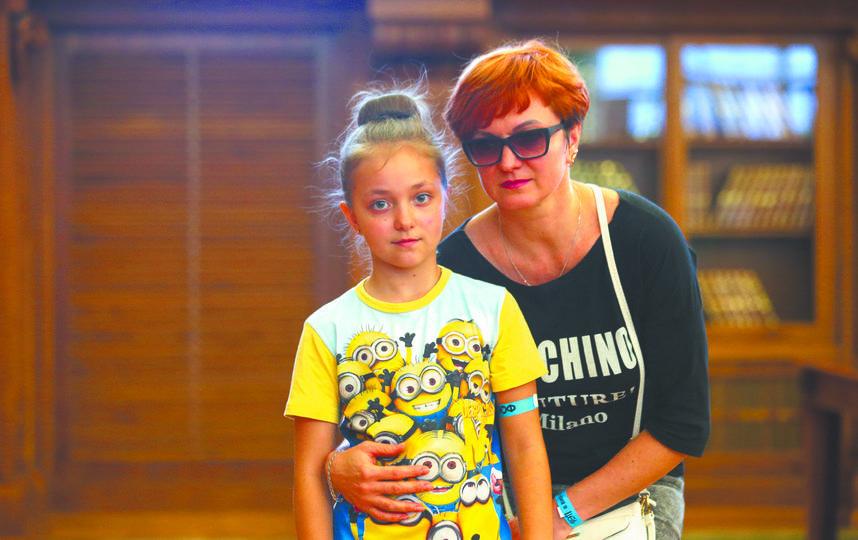 Наталья и Даша Смирновы. 47 лет, работает в охране; 9 лет, школьница (мама и сестра рэпера GONE.Fludd). Фото Василий Кузьмичёнок
