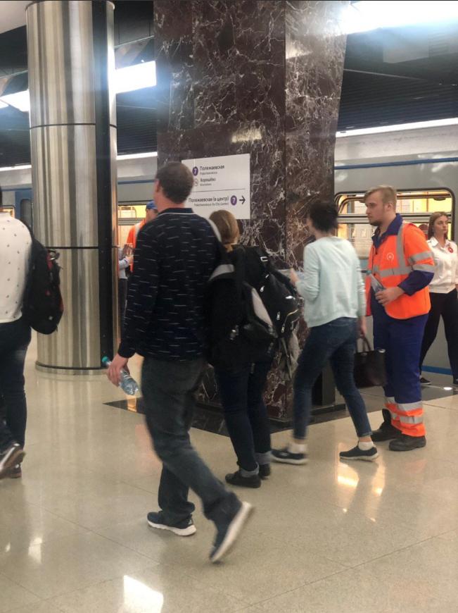 Сотрудники метро предлагали пассажирам, выехавшим из тоннеля, воду. Фото Скриншот twitter.com/MetroOperativno