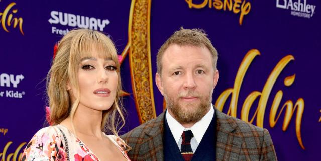 Гай Ричи с женой Джеки Эйнсли.