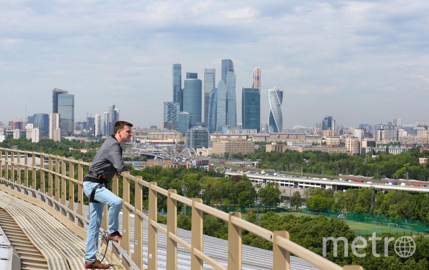 Репортёр Metro не поборол соблазн сделать селфи на фоне Сити. Фото Василий Кузьмичёнок