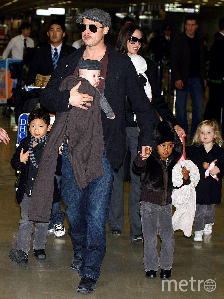 Анджелина Джоли и Брэд Питт с детьми. Фото Getty