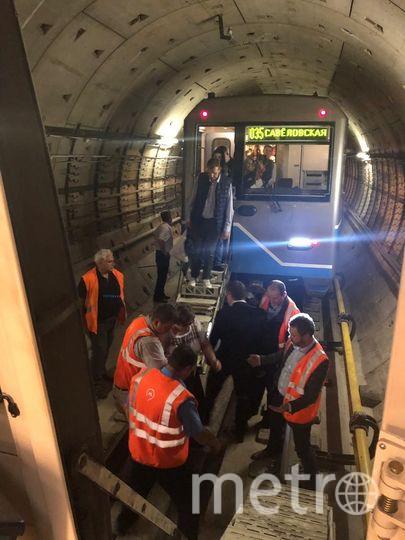Пассажиры переходили в резервный поезд через кабину машиниста. Фото twitter.com/metrooperativno