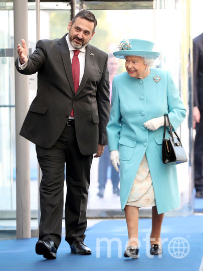Королеву встретил председатель правления и генеральный директор British Airways Алекс Круз. Фото Getty