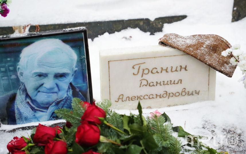 На могилу Даниила Гранина приносят цветы. Фото gov.spb.ru