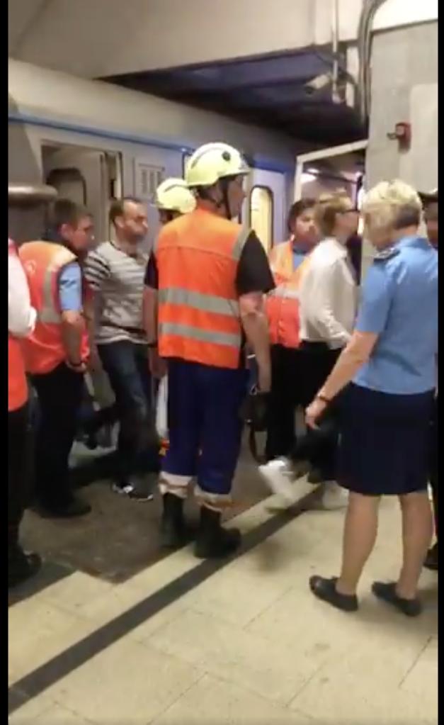 Все поезда с пассажирами убрали из тоннеля. Фото twitter.com/metrooperativno