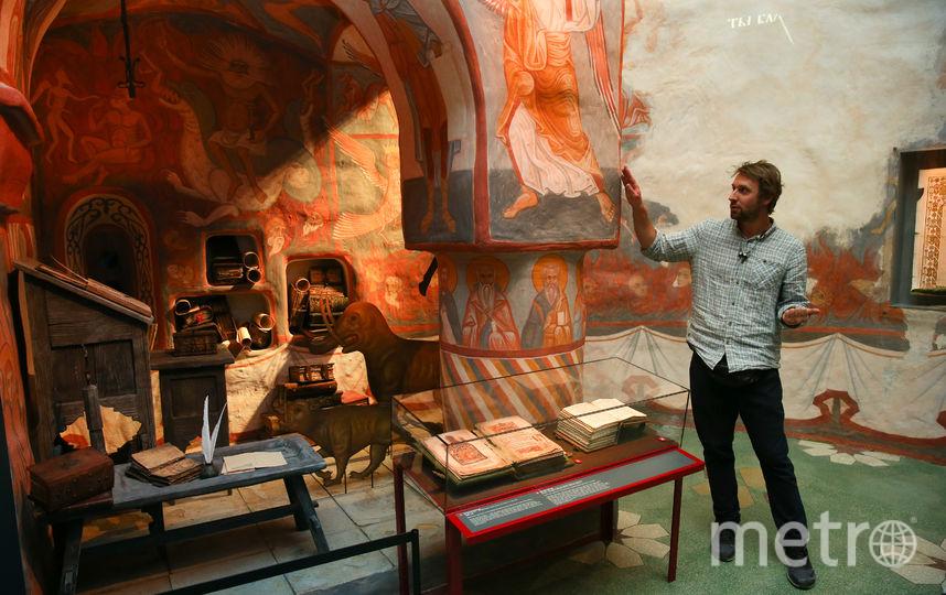 Михаил Покрасс показывает, как выглядела обычная келья монаха-писца. Фото Василий Кузьмичёнок