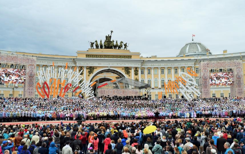 """Хор на Дворцовой вечером 24 мая. Фото gov.spb.ru, """"Metro"""""""